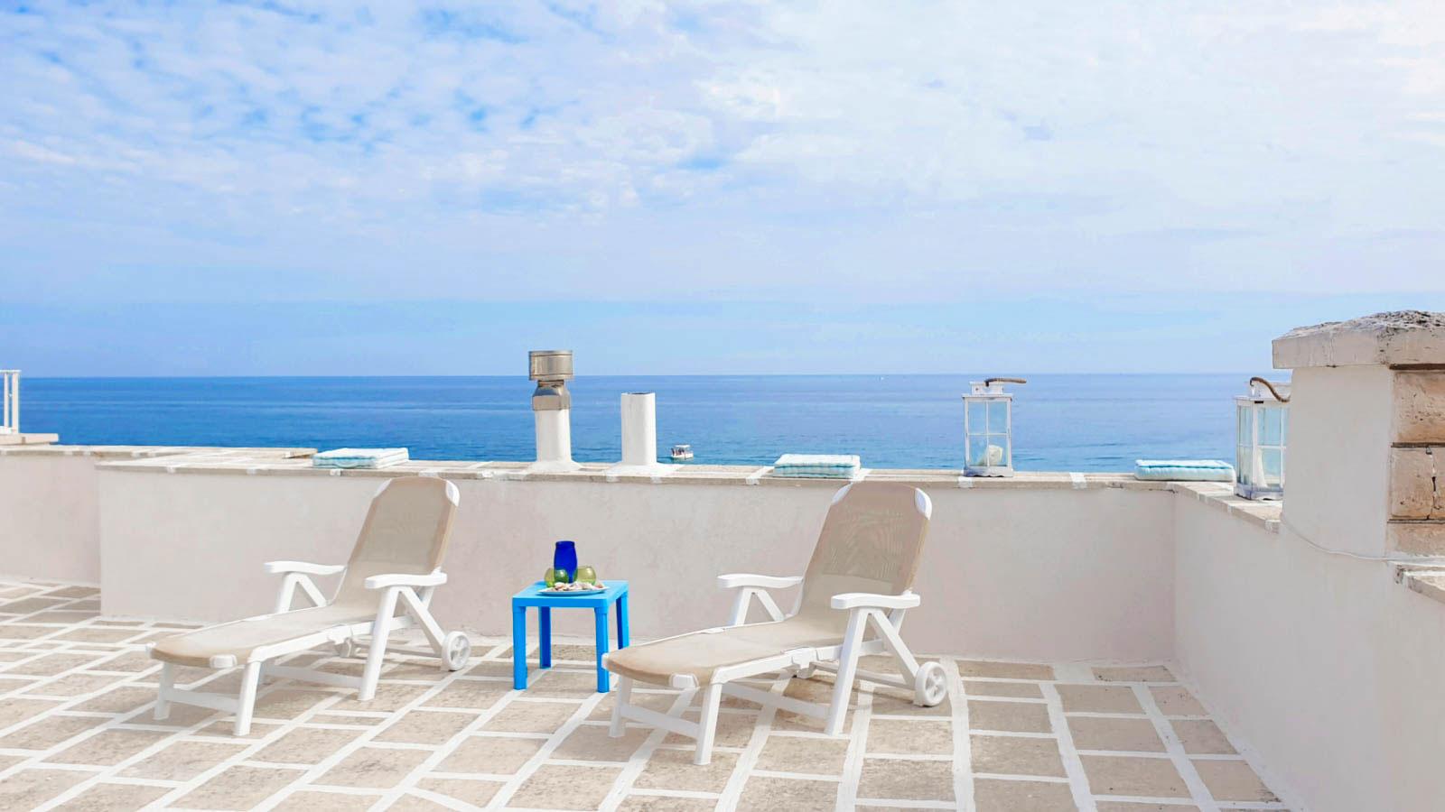 vacanze ostuni casa corallo terrazza con sdraio sul mare